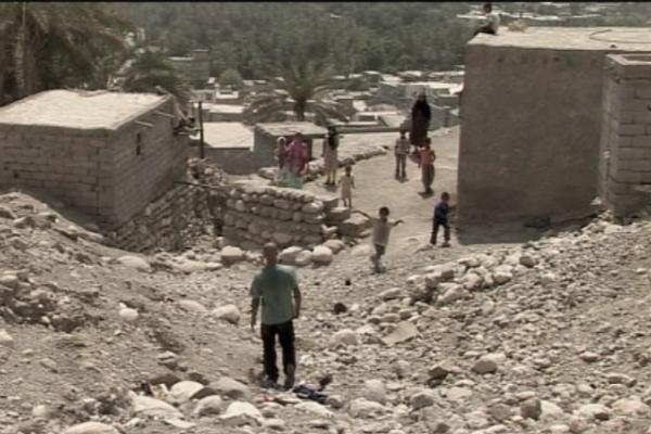 Mann geht auf ein Dorf zu, im Iran. Bild aus Reportage