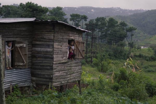 Kinder in einem Holzhaus in Indien. Imagefilm Bild für eine NGO / NRO