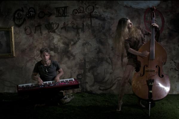 Frau zupft Kontrabass, aus einem Musikvideo