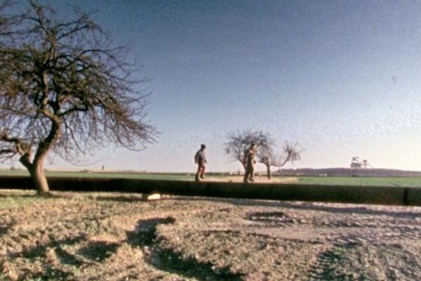 Kinder laufen auf Rohren, Bild aus Dokumentarfilm
