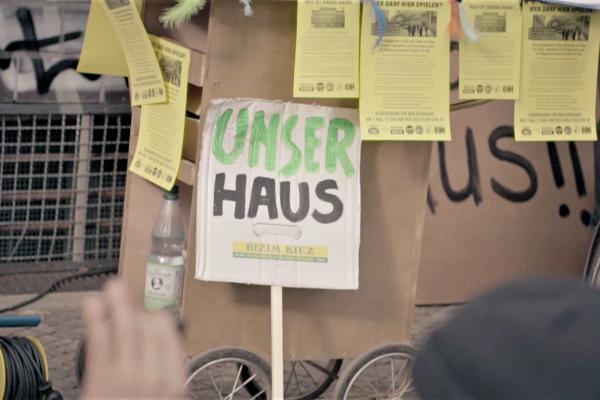 Plakat lehnt an Wand, Standbild aus politischem Imagefilm