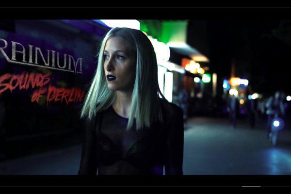 Frau auf Streasse, nachts. Filmstill aus Musikvideoproduktion