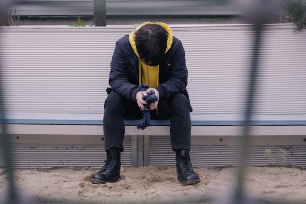 Junge auf Bank, Screenshot eines Imagefilms für eine NGO